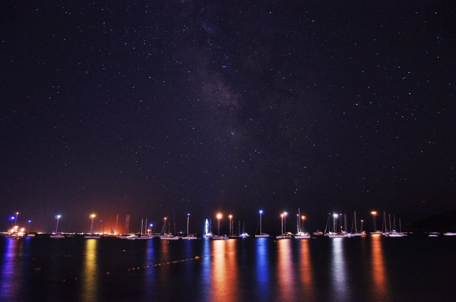 Franjas cromáticas sobre el mar.