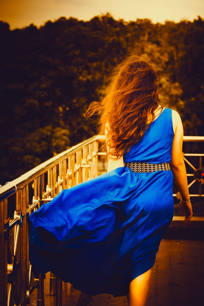 Girl in blue dress. Foto: Khusen Rustamov. CC0 Public Domain.