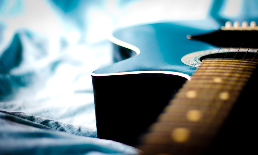 Guitar. Foto: NikolayF.com. CC0 Public Domain.